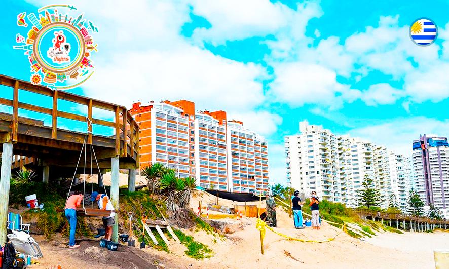 Los edificios detrás y la excavación, en plena playa Mansa (AFP)