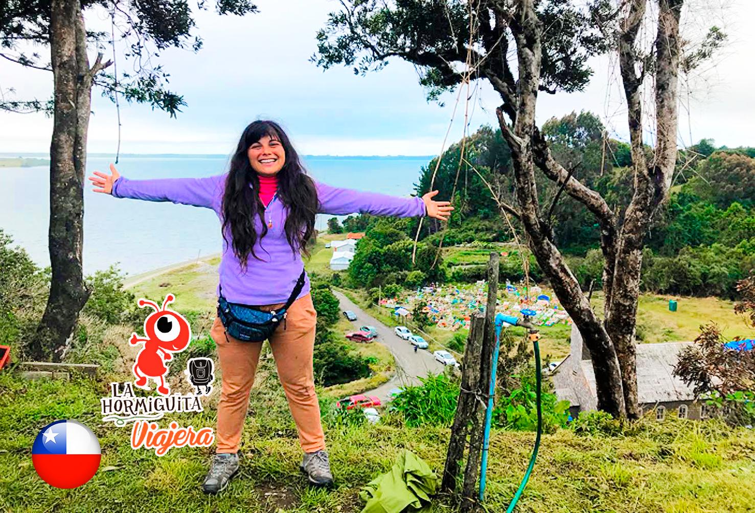 Pueblito Caulín - De fondo una de las Iglesias patrimonio, junto a un cementerio muy colorido - Isla Chiloé - Enero 2018