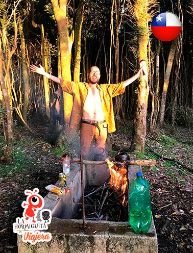 Diego encendiendo el fuego para hervir agua - Pla Cole cole - Isla Chiloé - Enero 2018.